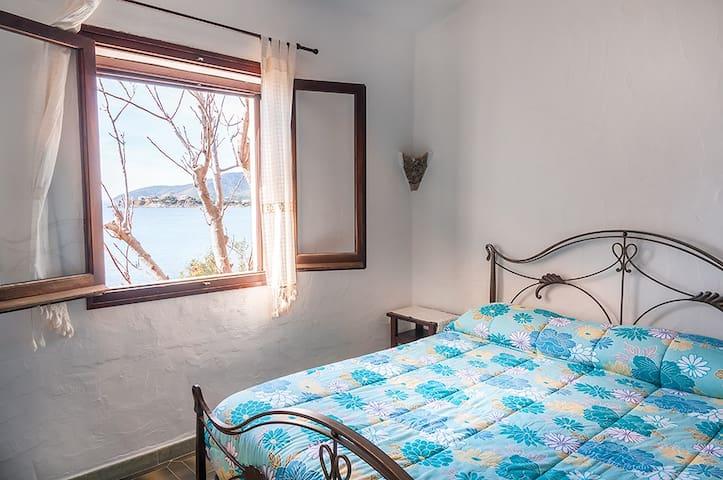 Camera matrimoniale vista mare.  Double room with sea view.
