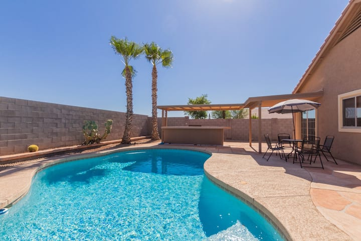 4 Bedroom Phoenix home with Amazing Heated Pool