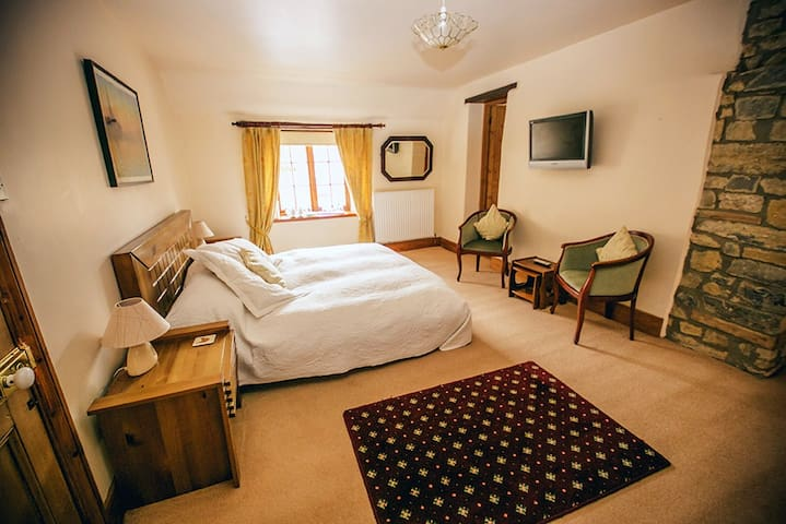 Weycroft Mill House B&B - The Chardstock room - Axminster - Bed & Breakfast