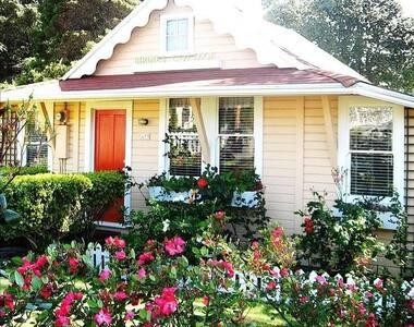 Historic Birdie's Cottage. One block from beach.