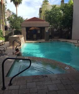 Uptown Oasis - Phoenix Gated Condo Complex Home - Phoenix - Condominium