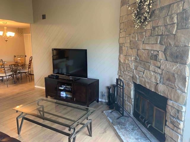 Clean condo w/fireplace & wine centrally located!