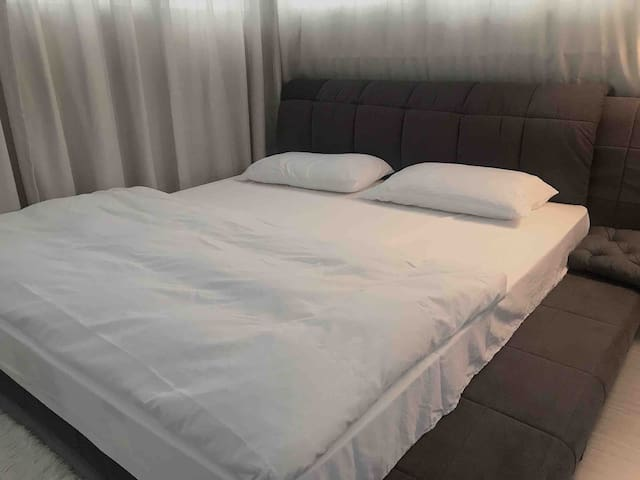 Relax comfy beach size room 30mins to airport