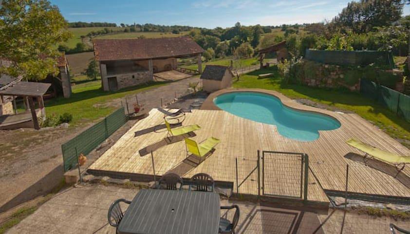 Corps de ferme avec 2 maisons et une piscine.