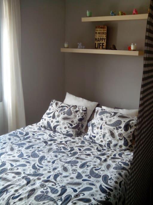 Estancia del dormitorio, muy luminoso, como el resto del estudio.