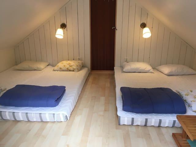 Sovloft med golvmadrasser ||  Sleeping loft with floor mattresses.