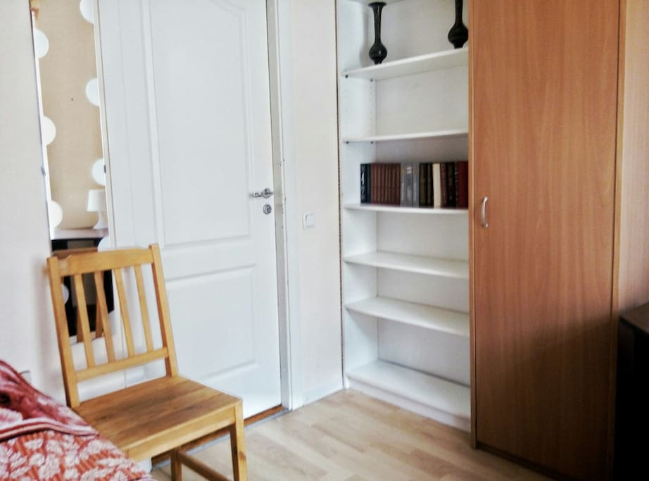 Комната с односпальной кроватью. А так же стол, шкаф и небольшой стеллаж.