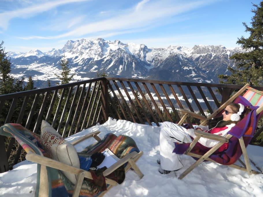 Après-Ski auf der Sonnenterrasse mit Ausblick auf den Dachstein