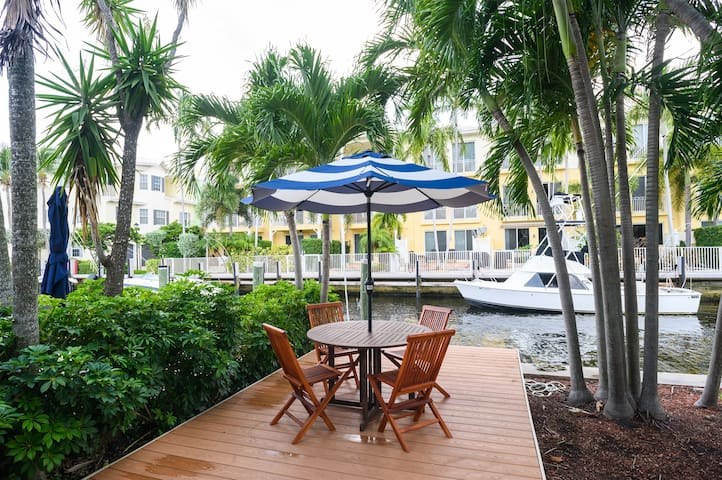 Waterfront Condo, 1 block to the BEACH!