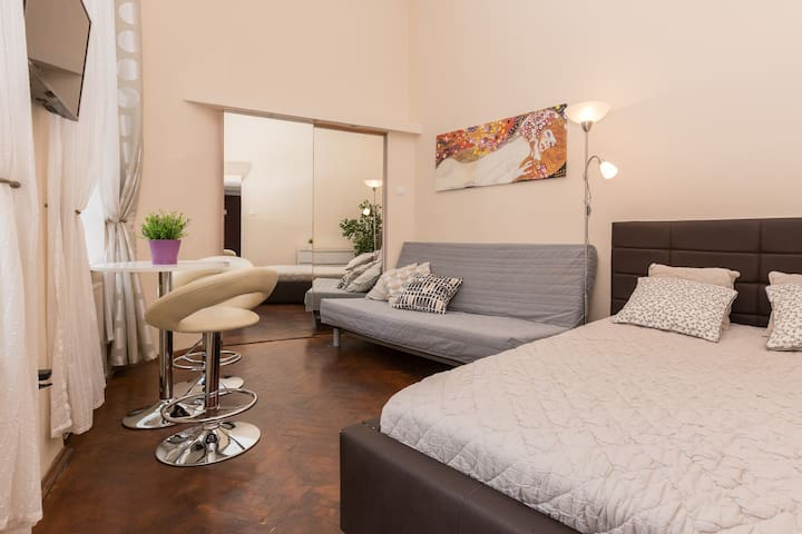 JEWISH DISTRICT Funky 1-bedroom Apart. NEW SQUARE