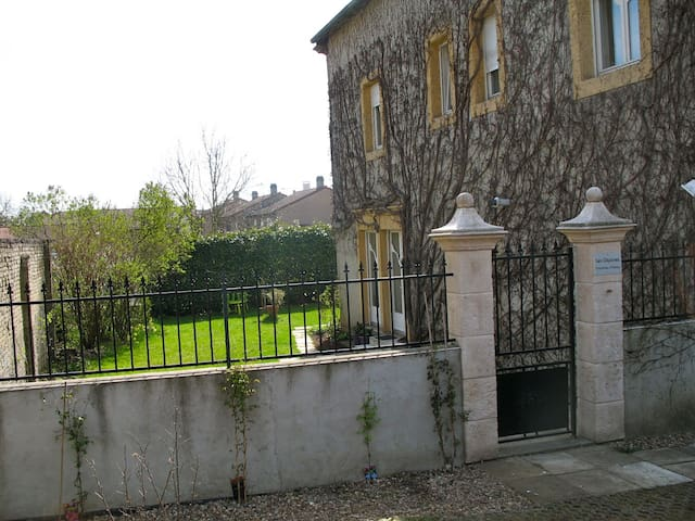 Chambres d'hôtes dans grande maison de maître - Clouange - House