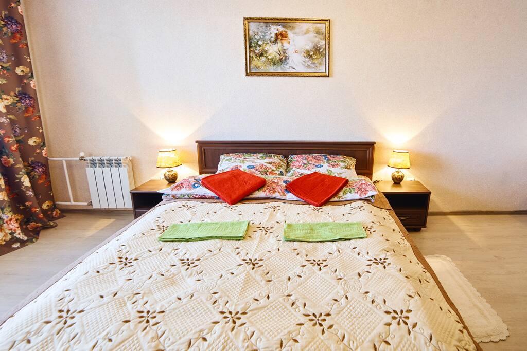 Большая комфортная кровать с ортопедическим матрасом и экологичным постельным бельем из натурального хлопка