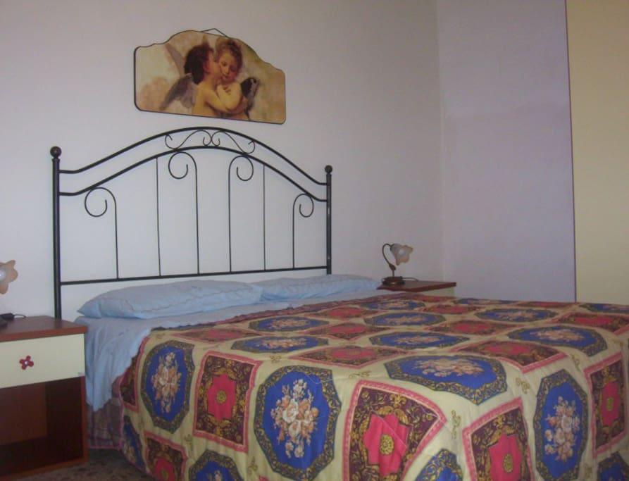 camera letto matrimoniale con un letto singolo