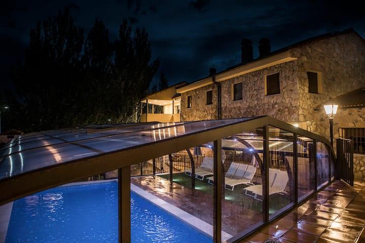 Villa de 6 Casas Rurales y Piscina Climatizada