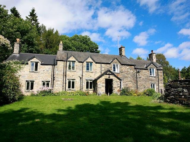 2 Tanycastell - stunning grade II Welsh cottage - Dolwyddelan - House
