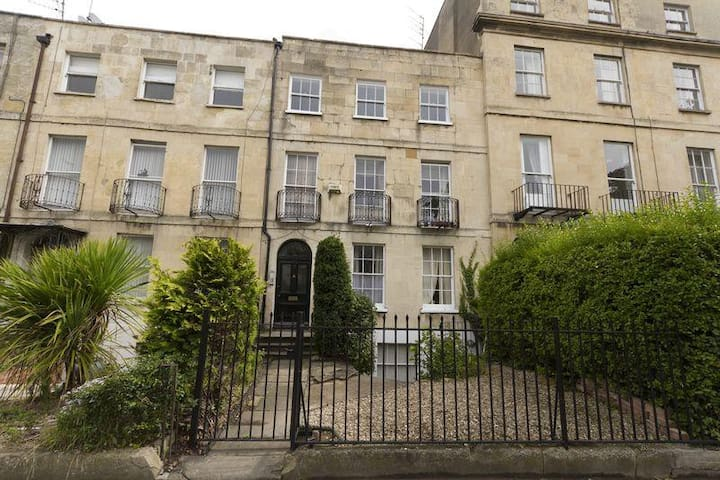 2 bedroom regency apartment close to Town centre - Cheltenham - Lägenhet