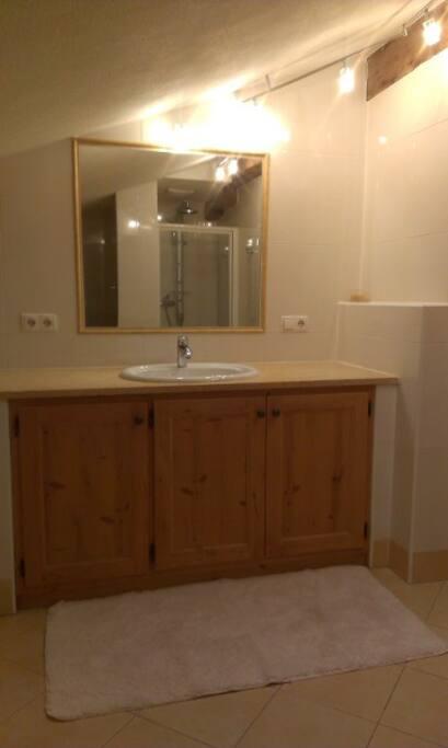 Großes Badezimmer mit Waschmaschine, Dusche und Badewanne