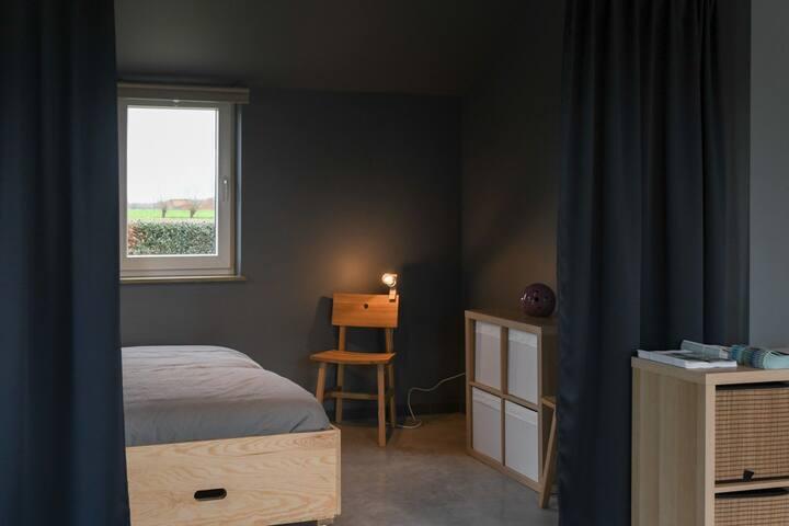 Slaapruimte met 2 verplaatsbare enkel bedden.