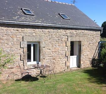 Kergadou, modernised Breton cottage - Langonnet  - Haus