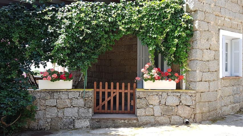 Maison typique en pierre située au cœur du village