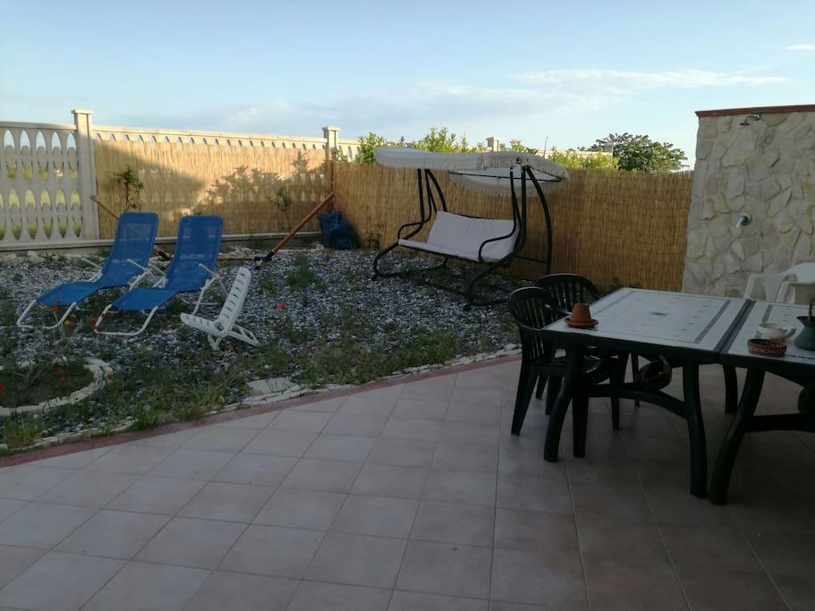 giardino fruibile con tavolo imperiale e uso barbecue, uso di doccia esterna