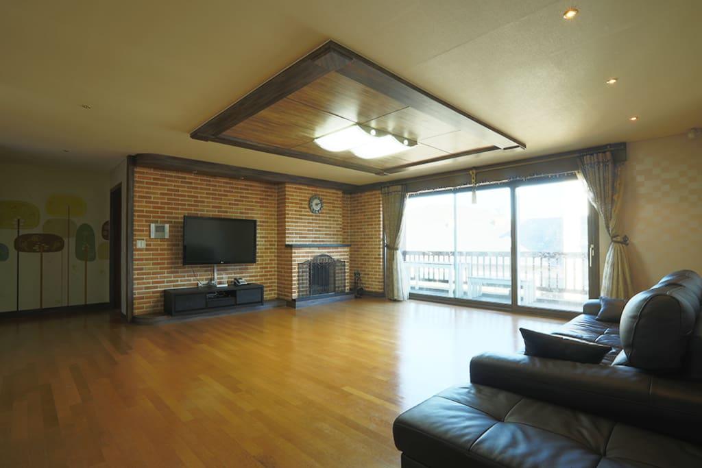 Living Room: 거실