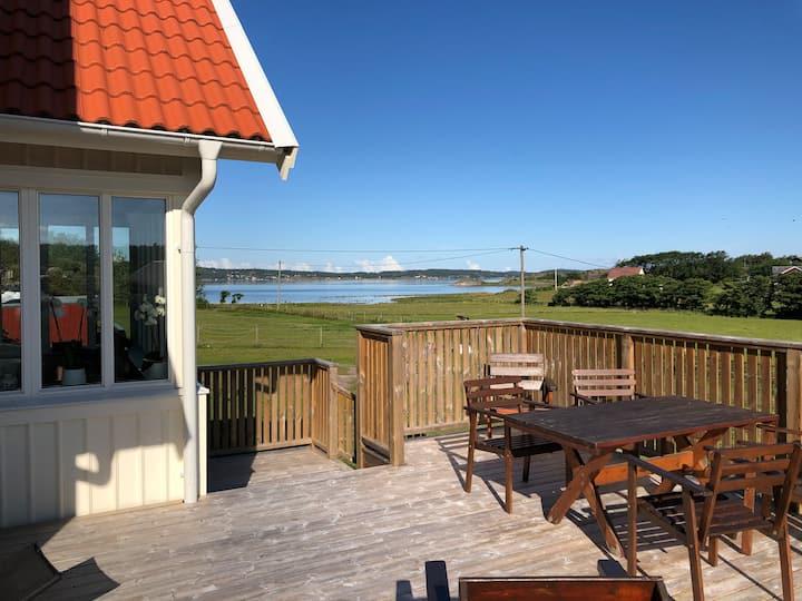 Nybyggt hus med panoramautsikt över havet