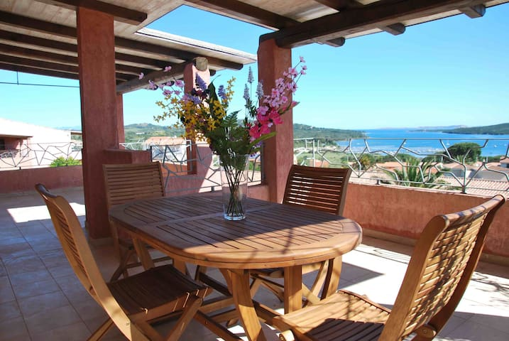 Beautiful double penthouse with sea view- sleeps 5 - Porto Pozzo - アパート