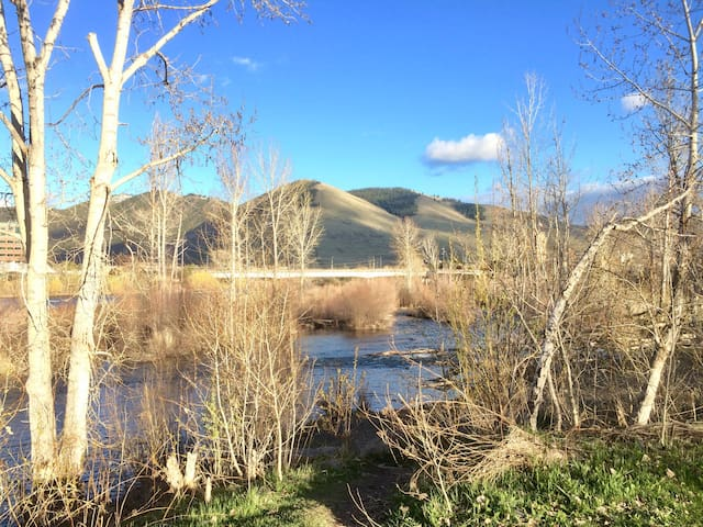 Cozy room next to the river in central location - Missoula - Talo