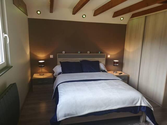 chambre avec une mezzanine au-dessus et une télé