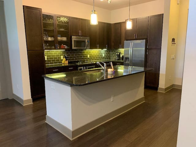 Luxury 2BR| Heart of Downtown | Walk to Everywhere
