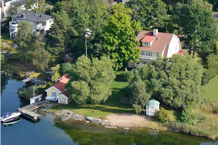 Charming cabin right by the water - Saltsjöbaden - キャビン