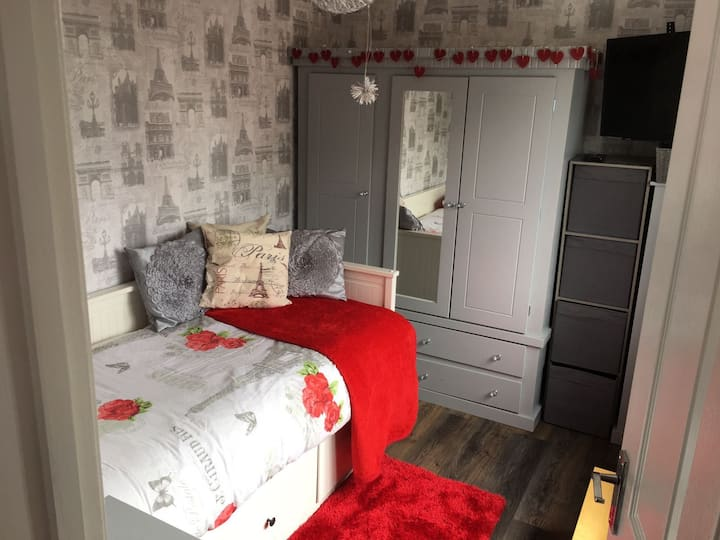 2 single rooms near cc £25 per room per person pn