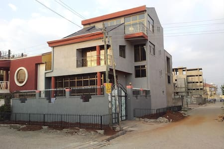 Rooms in an amazing Villa House at Lebu 5km 2Bole - Addis Ababa - Rumah