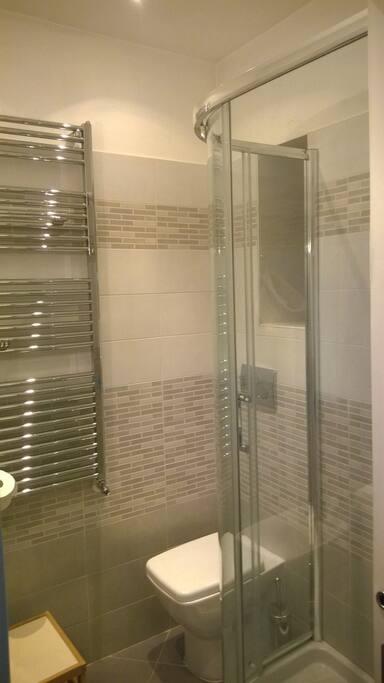 Bagno con doccia e termoarredo
