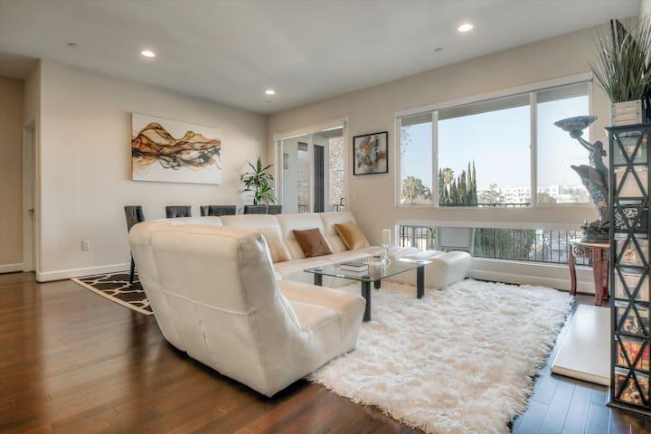 Spacious Bright Modern Luxury Penthouse Condo
