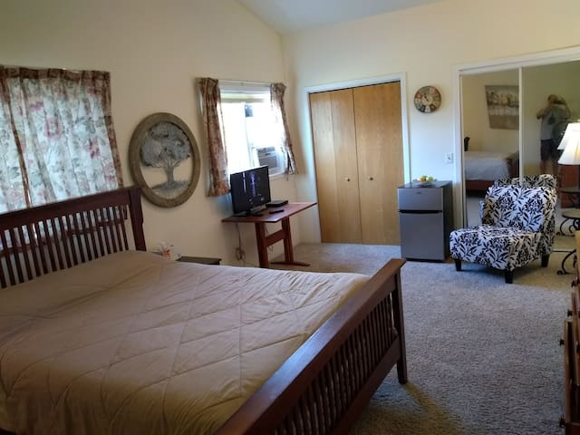 Large 23X12 ft room facing west has a TV, refrigerator and AC. Includes Wi-Fi.