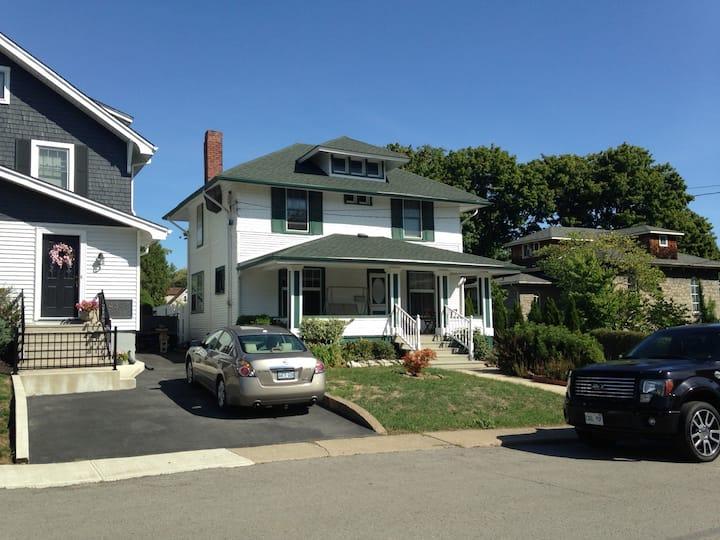 "Niagara Falls Cottage Rentals ""Pine Tree House"""
