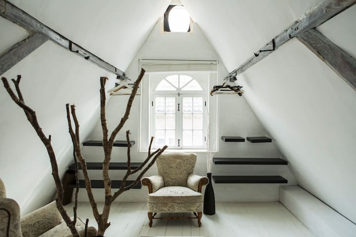 Upstairs bed room.