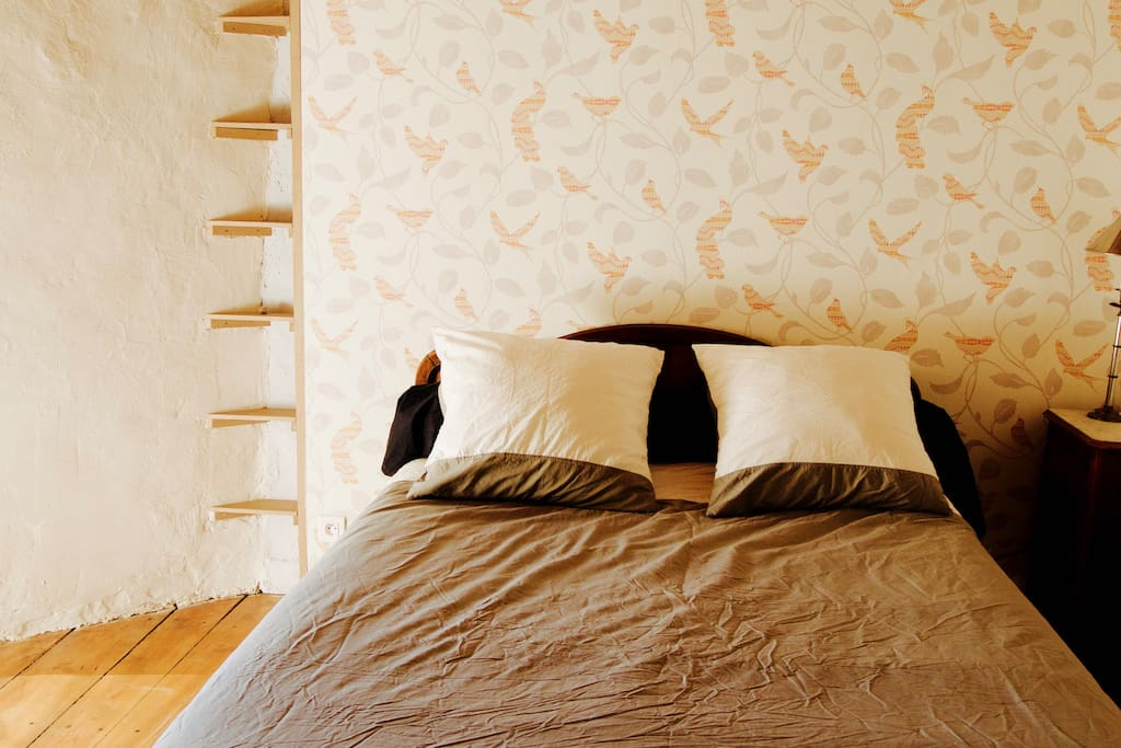 Le lit, avec ses coussins et son traversin. Les draps sont en coton et lyocell (extra doux !)