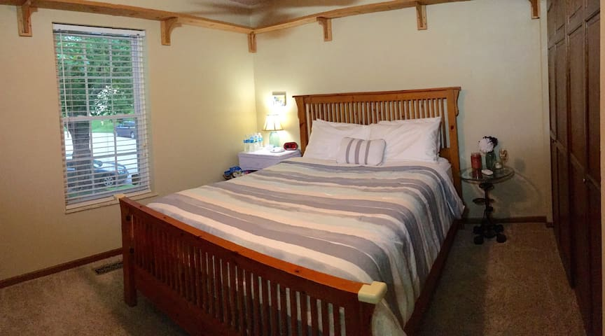 Cozy Queen bed - near St Louis - Belleville