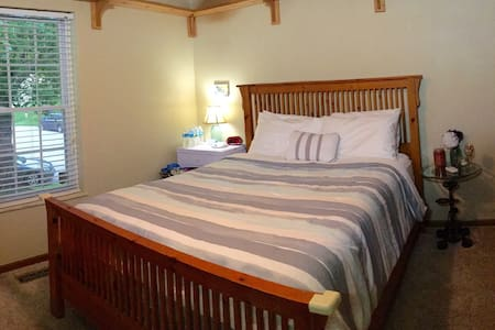 Cozy Queen bed - near St Louis - Belleville - Rumah