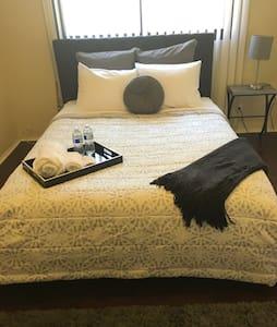 Spacious Cozy Queen Bedroom w TV #2 - 英格爾伍德(Inglewood) - 獨棟