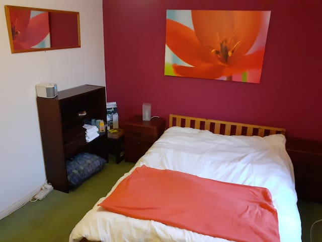 Double room in South Manchester near Tram stop
