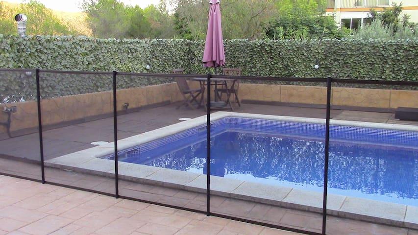 Habitación privada con baño, terraza y piscina - Sant Pere de Ribes - Huis