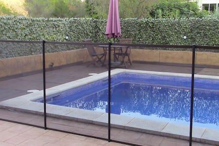 Habitación privada con baño, terraza y piscina - Sant Pere de Ribes - Hus