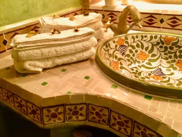 Détail plan lavabo avec un authentique travail des zelliges réalisé par des artisans marocains