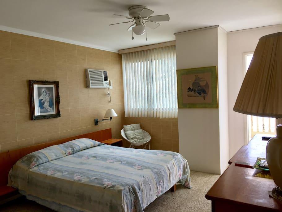 Dormitorio principal con salida al balcón.