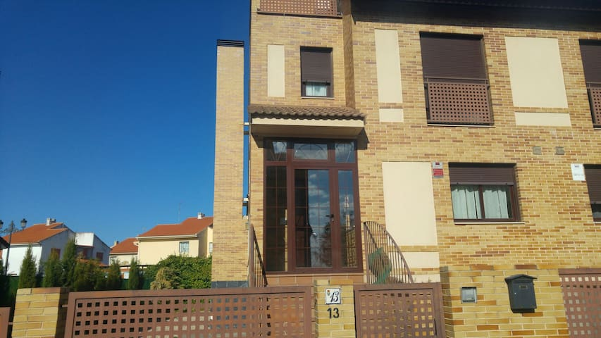 Comfortable house near madrid - Las Ventas de Retamosa - Hus