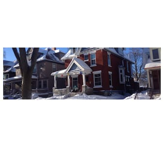 BEAUTIFUL EAST SIDE VICTORIAN IN A GREAT LOCATION - ミルウォーキー